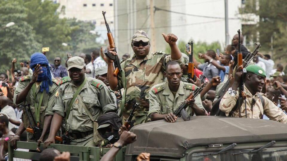 des-militaires-defilent-dans-les-rues-de-bamako-la-capitale-du-mali-le-18-aout-2020-apres-avoir-capture-le-president-ibrahim-boubacar-keita_6271944